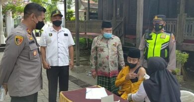 Bersama Tim Vaksinator Polres Sampang Laksanakan Door To Door Vaksin Covid-19 Ke Pondok Pesantren Di Kabupaten Sampang