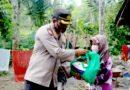 Salurkan Bansos Untuk Warga Terisolir, Polres Lumajang Seberangi Sungai Lahar Dingin Semeru